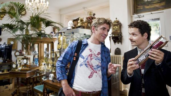 Noch ahnt Fritz  Fuchs (Guido Hammesfahr) nicht, dass der harmlose Uhrmacher (Stefan Puntigam) eine fiese Betrügerei mit ihm vor hat. | Rechte: ZDF/Antje Dittmann