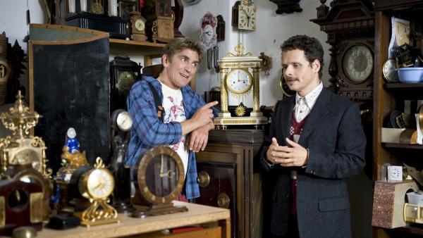 Die berühmte Barockuhr: Fritz Fuchs (Guido Hammesfahr) ahnt nicht, dass der harmlose Uhrmacher (Stefan Puntigam) vorhat sie zu klauen. | Rechte: ZDF/Antje Dittmann
