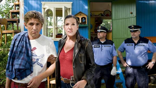 Die Kommissarin (Katy Karrenbauer) kennt keine Gnade, Fritz Fuchs (Guido Hammesfahr) muss mit ins Gefängnis. Gelingt es ihm dennoch seine Unschuld zu beweisen? | Rechte: ZDF/Antje Dittmann