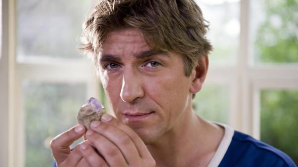 Fritz Fuchs (Guido Hammesfahr) untersucht den gefundenen Edelstein. | Rechte: ZDF/Antje Dittmann