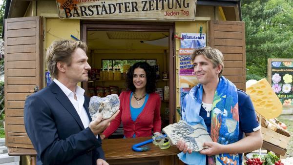 Der dubiose Stefan Petri (Thure Riefenstein, li.) behauptet er habe auf dem Grundstück wertvolle Steine gefunden. Fritz Fuchs (Guido Hammesfahr, re.) ist misstrauisch. Yasemin (Sanam Afrashteh) lässt sich beeindrucken. | Rechte: ZDF/Antje Dittmann