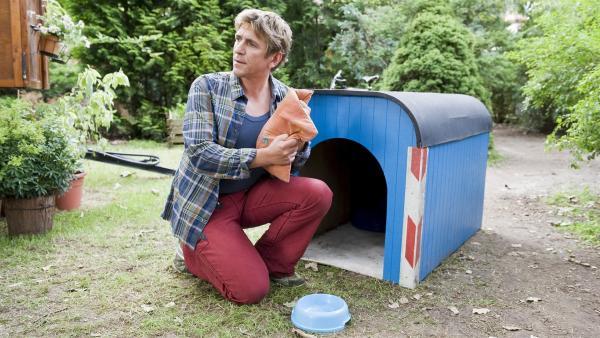 Fritz Fuchs (Guido Hammesfahr) vermisst etwas. Aber was bloß? Hat hier mal ein Hund gelebt? Nach seinem Unfall spielt ihm sein Gehirn einen Streich. | Rechte: ZDF/Antje Dittmann