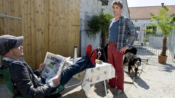 Fritz Fuchs (Guido Hammesfahr) hat da mal ein paar Fragen. Der Hundezüchter (Antonio Wannek) scheint ihm ganz schön zwielichtig zu sein. | Rechte: ZDF/Antje Dittmann