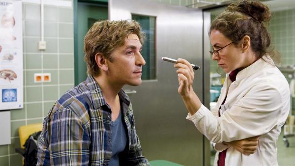 Fritz Fuchs (Guido Hammesfahr) hat einen schweren Schlag auf den Kopf bekommen. Die Ärztin (Naomi Krauss) untersucht genau, ob schwerere Schäden zurück geblieben sind. | Rechte: ZDF/Antje Dittmann