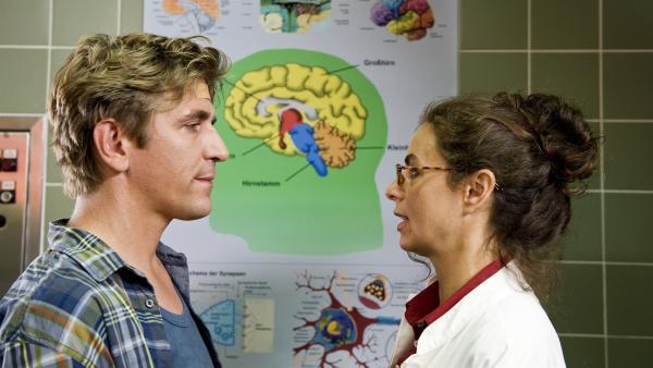 Wie funktioniert das Gehirn eigentlich? Nach seinem Unfall hat Fritz Fuchs (Guido Hammesfahr) viele Fragen an die Spezialistin (Naomi Krauss). | Rechte: ZDF/Antje Dittmann