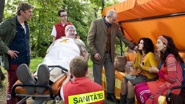 Nachbar Paschulke (Helmut Krauss) muss ins Krankenhaus - und jetzt wird es auch Yasemin (Sanam Afrashteh)  ganz schlecht. War etwa doch Gift in Fritz Fuchs Kuchen? Der Arzt (Romanus Fuhrmann) bekommt viel zu tun. | Rechte: ZDF/Antje Dittmann