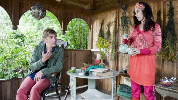 Hat Magic Maggie (Dorka Gryllus) ihm etwas Merkwürdiges in den Tee gemixt? Fritz Fuchs (Guido Hammesfahr) wird aus der Kräuterfrau nicht schlau. | Rechte: ZDF/Antje Dittmann