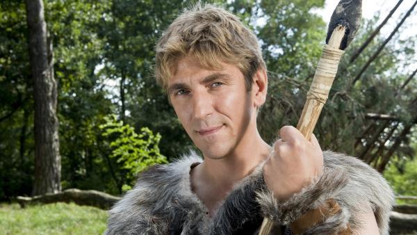 Fritz (Guido Hammesfahr) lernt, wie die Menschen in der Steinzeit gejagt haben. | Rechte: ZDF/Antje Dittmann