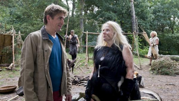 Fritz (Guido Hammesfahr) im Steinzeit-Camp, sehr freundlich empfängt ihn die Professorin (Hildegard Schroedter) nicht. Hat sie etwas zu verbergen?   Rechte: ZDF/Antje Dittmann