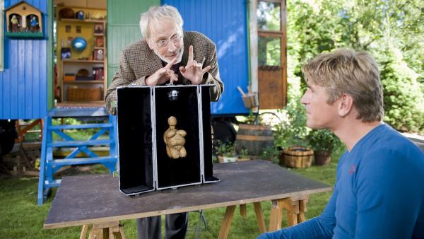 """Fritz Fuchs (Guido Hammesfahr) bekommt von seinem Onkel (Frieder Venus) eine archäologische Seltenheit präsentiert: """"Die Venus von Bärstadt"""".   Rechte: ZDF/Antje Dittmann"""