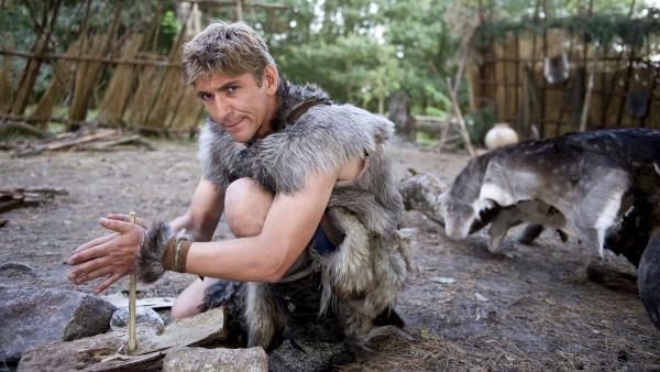 Aufnahmeprüfung für Fritz (Guido Hammesfahr), er muss Feuer machen im Steinzeit-Camp - natürlich ohne Streichhölzer.   Rechte: ZDF/Antje Dittmann