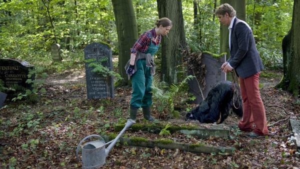 Fritz (Guido Hammesfahr) und Gärtnerin Hannah (Jule Böwe) können Keks nicht zurückhalten. Was sucht er in dem unbekannten Grab? | Rechte: ZDF/Antje Dittmann