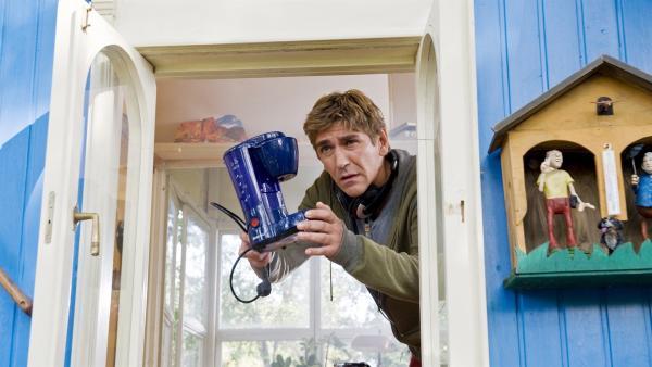 Brand im Bauwagen? Fritz`(Guido Hammesfahr) alte Kaffeemaschine hatte einen Kurzschluss. | Rechte: ZDF/Antje Dittmann