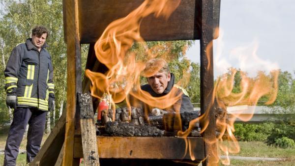 Feuerschutzübung bei den Profis! Fritz (Guido Hammesfahr) und Feuerwehrmann (Hans-Jochen Wagner) proben den Ernstfall. | Rechte: ZDF/Antje Dittmann