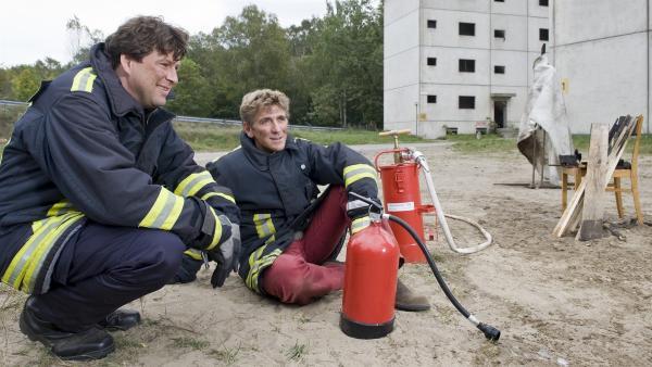 Löschübung abgeschlossen, Fritz (Guido Hammesfahr) lernt von Feuerwehrmann Jakob Schnellinger (Hans-Jochen Wagner), was zu tun ist, wenn es brennt. | Rechte: ZDF/Antje Dittmann