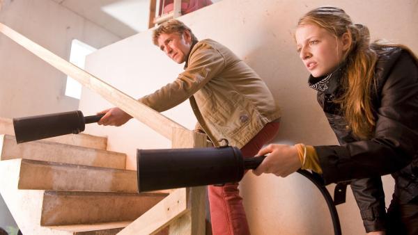 Fritz (Guido Hammesfahr) und Alex (Henriette Nagel) müssen handeln, ein Feuer bricht im Treppenhaus aus. | Rechte: ZDF/Antje Dittmann