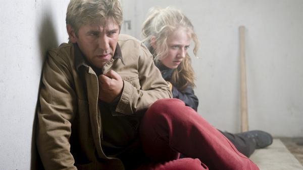 Das Feuer breitet sich aus, Fritz (Guido Hammesfahr) und Alex (Henriette Nagel) wird der Weg abgeschnitten. | Rechte: ZDF/Antje Dittmann