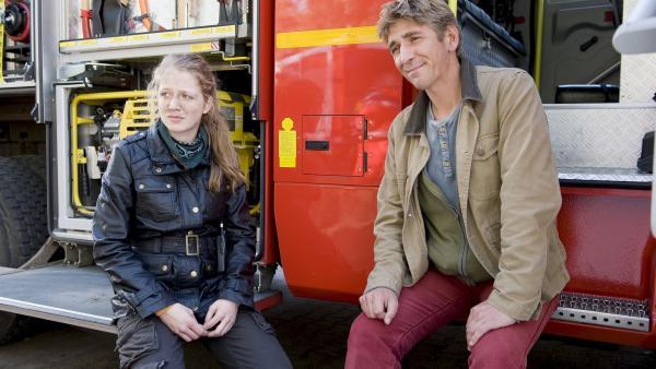 Fritz (Guido Hammesfahr) und Alex (Henriette Nagel) sind erschöpft aber glücklich, die Feuerwehr hat sie gerettet. | Rechte: ZDF/Antje Dittmann