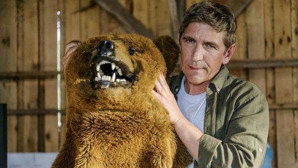 Fritz Fuchs hält das Oberteil eines Bärenkostüms mit Bärenkopf in den Händen | Rechte: ZDF