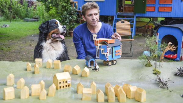 Fritz und Keks sitzen vor einem Modell von Bärstadt samt Bauwagen. | Rechte: ZDF