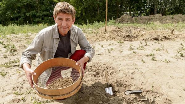Fritz siebt Erde. | Rechte: ZDF