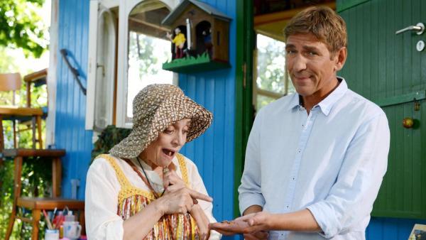 Fritz zeigt Punilla Haselnüsse.  | Rechte: ZDF