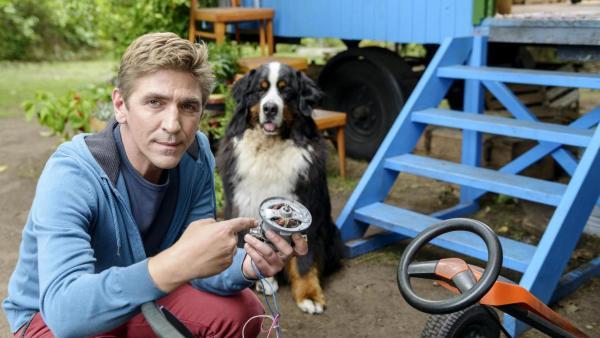 Fritz zeigt seinen Elektromotor für das Kettcar. | Rechte: ZDF