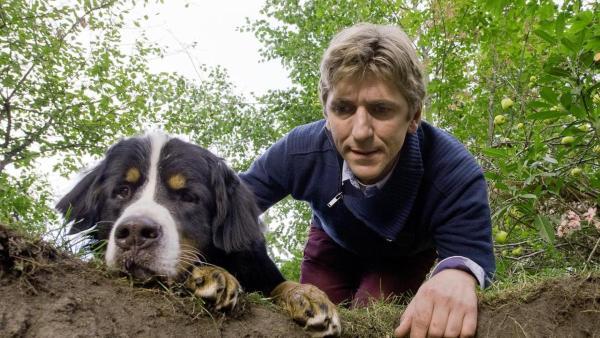 Der Hund Keks und Fritz Fuchs schauen in ein gebuddeltes Erdloch.   Rechte: ZDF