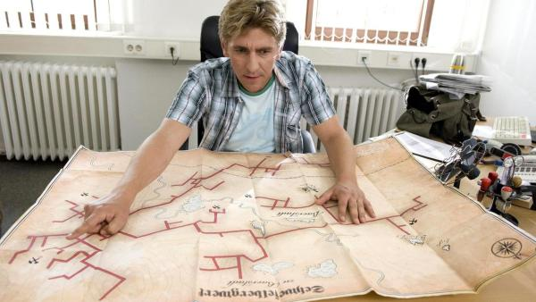 Fritz schaut sich eine alte Karte von Bergstollen in Bärstadt an. | Rechte: ZDF