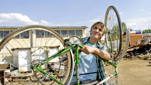 Fritz repariert sein grünes Fahrrad. | Rechte: ZDF