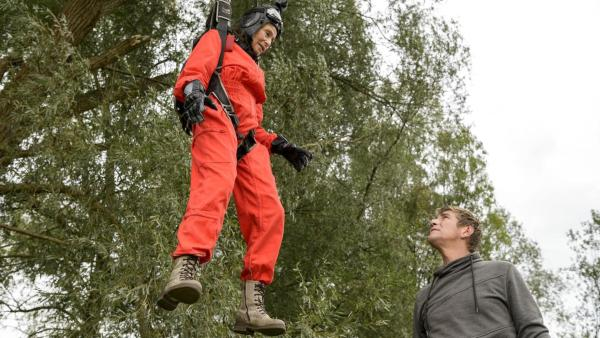 Fritz und eine Fallschirmspringerin   Rechte: ZDF
