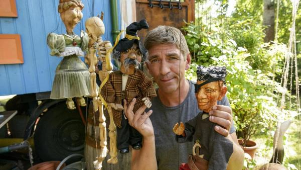 Fritz Fuchs hält eine Marionette in der Hand. | Rechte: ZDF