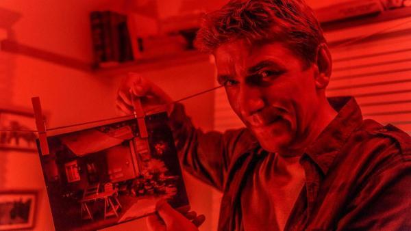 Fritz Fuchs entwickelt ein Foto in einer Dunkelkammer. | Rechte: ZDF