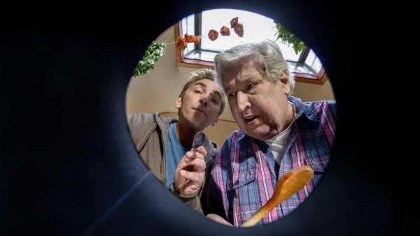 Fritz und Herr Paschulke schauen in einen Topf.   Rechte: ZDF
