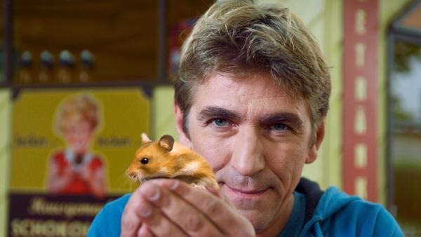 Fritz Fuchs hält einen Hamster in der Hand. | Rechte: ZDF