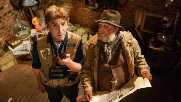 Fritz steht in der Kanalisation neben einem Mann, der dort lebt.   Rechte: ZDF