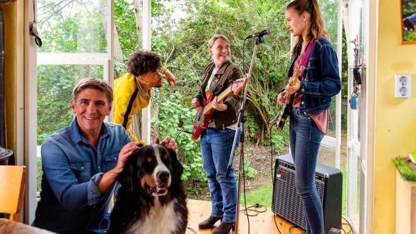 Charlie und ihre Band proben im Bauwagen. Fritz und Keks hören zu. | Rechte: ZDF