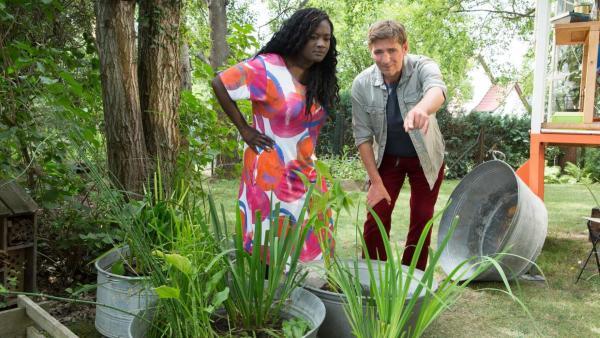 Fritz zeigt einer Freundin im Garten eine seltene Libelle. | Rechte: ZDF