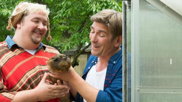 David Paschulke hält ein Meerschweinchen im Arm, Fritz Fuchs rechts neben ihm   Rechte: ZDF
