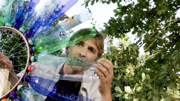Fritz Fuchs und Plastikflaschen | Rechte: ZDF