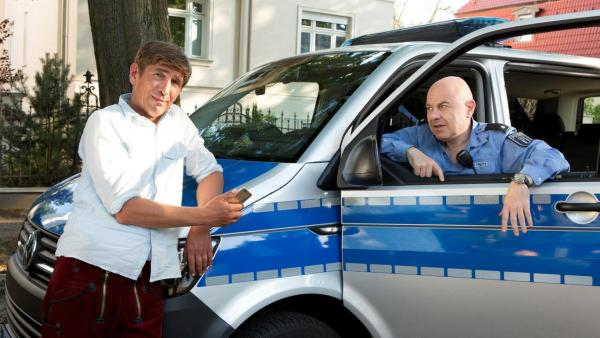 Fritz Fuchs steht vor einem Polizeiauto | Rechte: ZDF