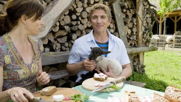 Fritz sitz am Tisch und hat ein kleines Schaf auf dem Arm. | Rechte: ZDF