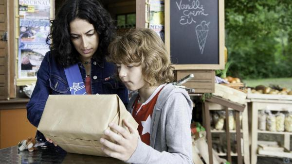 Yasemin bekommt ein geheimes Päckchen | Rechte: ZDF