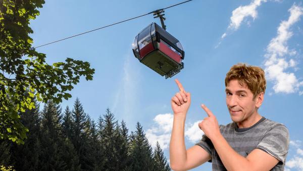 Fritz zeigt mit dem Finger auf eine Seilbahn, die über ihm schwebt | Rechte: ZDF, imago
