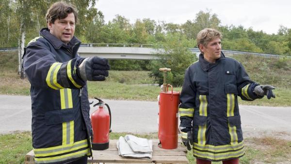 Fritz Fuchs bei einer Übung mit einem Feuerwehrmann | Rechte: ZDF