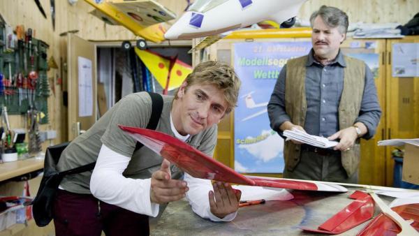 Fritz Fuchs mit Modellfliegern | Rechte: ZDF