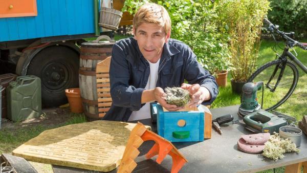 Fritz hält ein Vogelnest in den Händen. | Rechte: ZDF