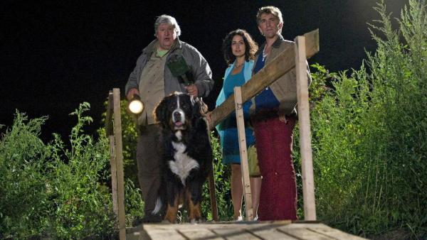 Fritz, Yasemin, Paschulke und Keks stehen im Dunkeln auf einer Art Holzbrücke.   Rechte: ZDF