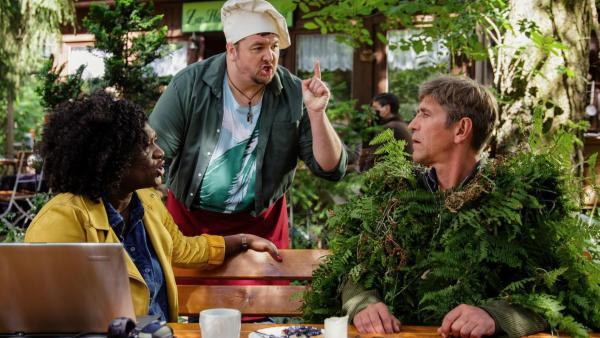 Fritz Fuchs sitzt getarnt am Tisch | Rechte: ZDF