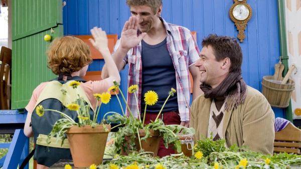 Freddy, Fritz und Freddys Lehrer vor dem Bauwagen. Freddy und Fritz geben sich ein High Five, Freddys Lehrer lacht. | Rechte: ZDF